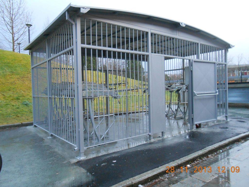 NTNU Sykkelparkeringshus 6.5 x 4m, vertikale metallstag